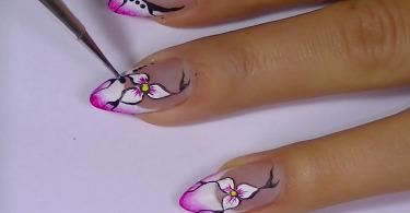 Красивый дизайн ногтей в виде цветка